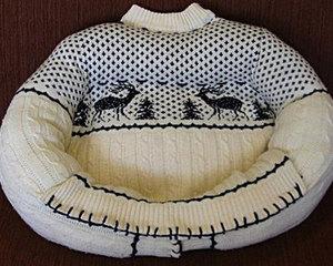 Удобный лежак из старого свитера