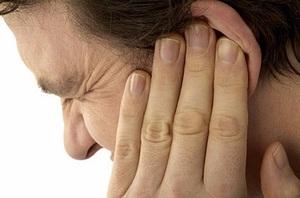 Описание симптомов клеща в ухе человека